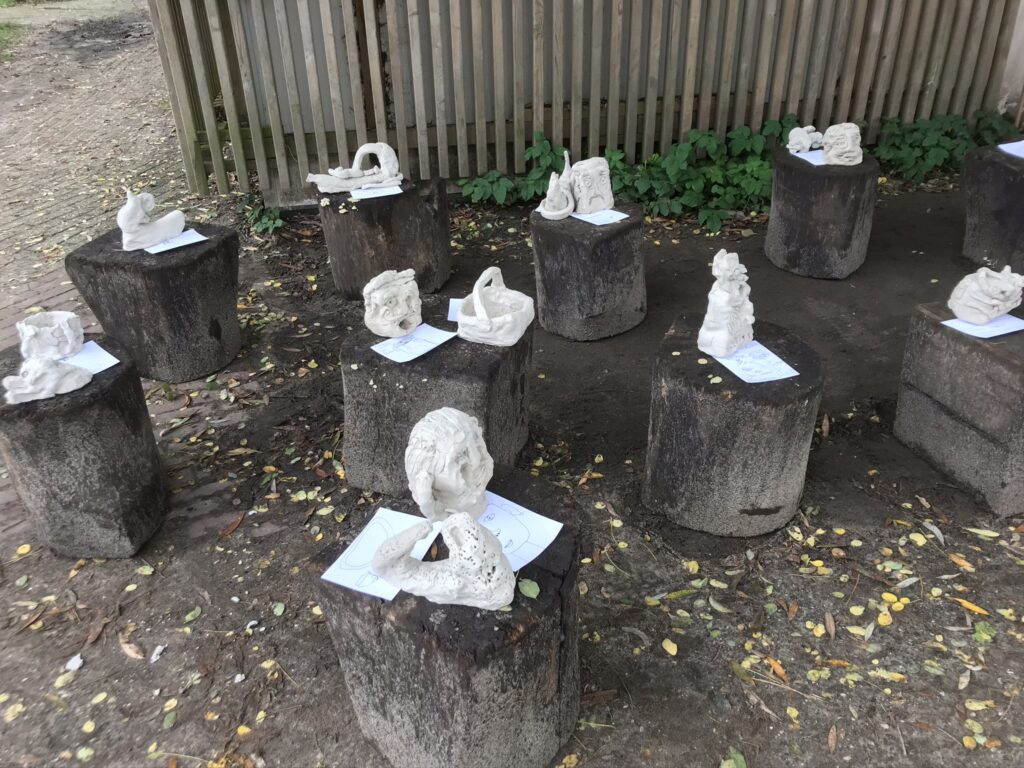 Klenwerkjes van de kinderen van de Rivieren tentoongesteld op het schoolpien
