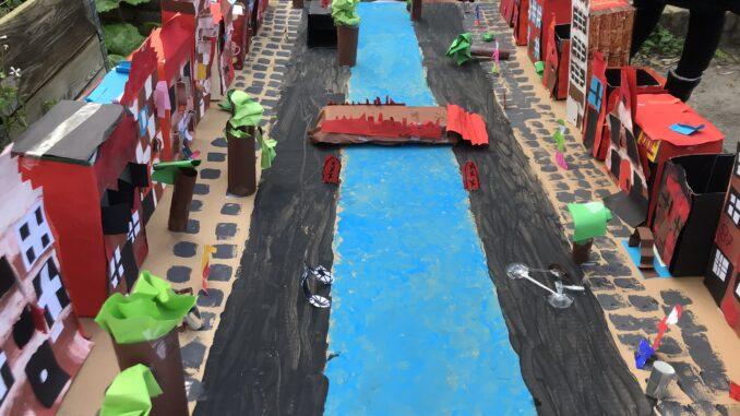 Amsterdamse straat nagemaakt door de leerlingen van dDe Rivieren