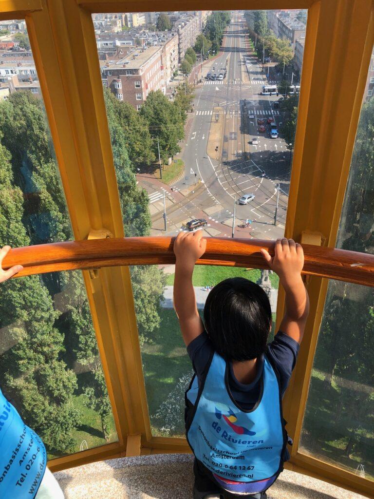 Leerlingen van De Rivieren bekijken hun wijk vanuit De Wolkenkrabbertoren
