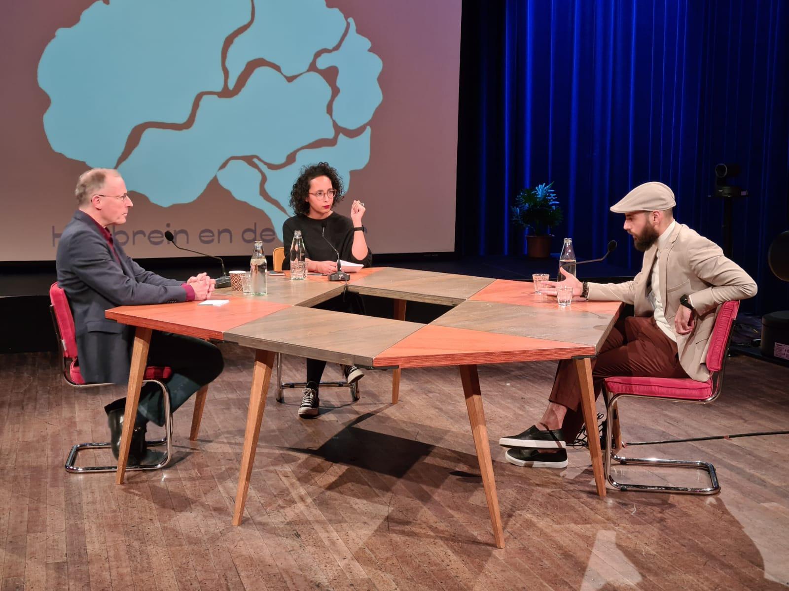 Karim Amghar , Jelle Jolles en Hasna el Maroudi aan tafelfel