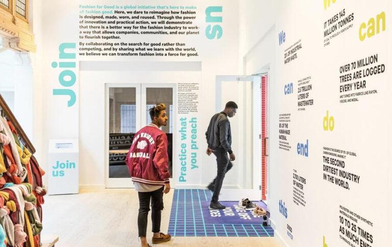 Twee jongens lopen in het Fashion for Good Museum