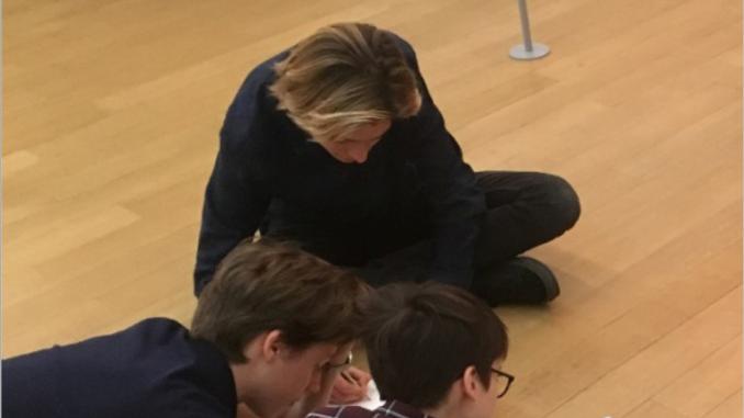 Cover: 3 personen overleggen liggend op de vloer
